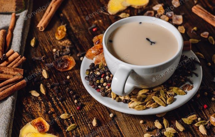 Tasse Masala-Tee mit verschiedenen Gewürzen
