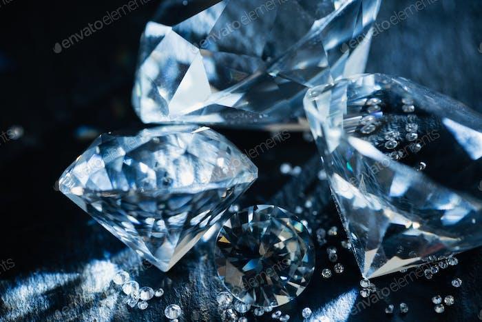 Nahaufnahme von reinen blauen Diamanten auf schwarzem Hintergrund