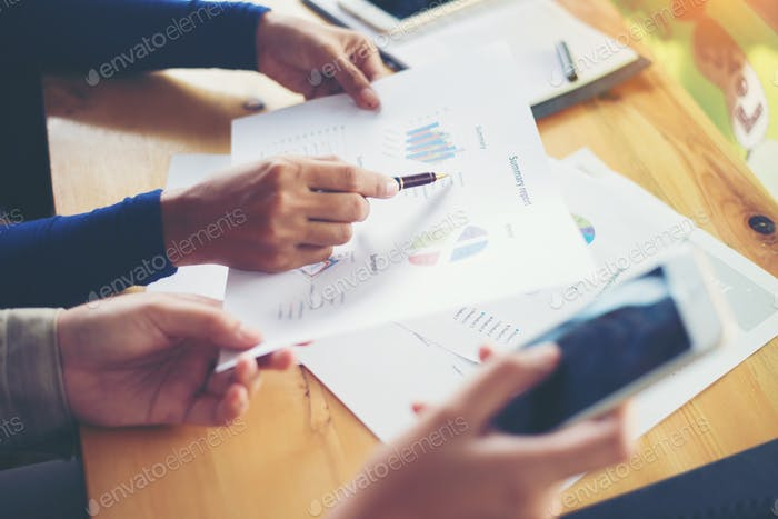 mujer de negocios manos señalando sosteniendo diagrama de información gráfico de negocios.