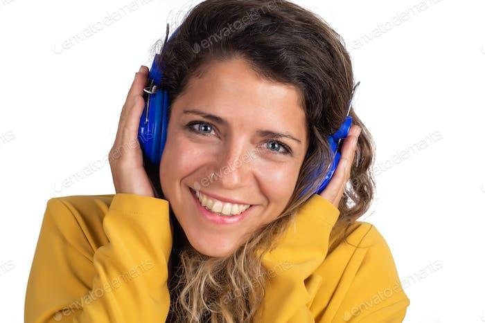 Yoman Musik hören mit blauen Kopfhörern.