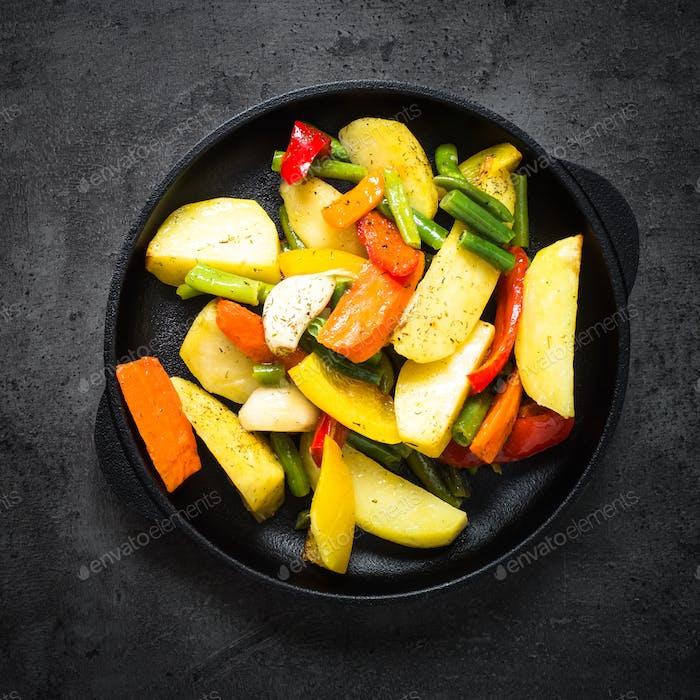Geröstetes Gemüse in schwarzer Eisenplatte