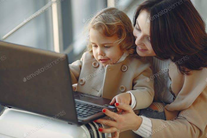 Mutter mit kleiner Tochter stehend in einem Flur