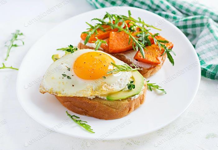 Sandwich mit Avocado und Spiegelei, Sandwich mit gebratenem Kürbis in Scheiben geschnitten