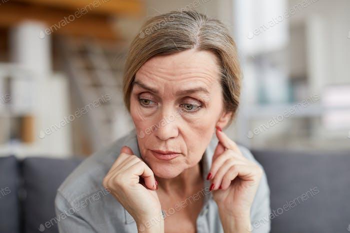 Porträt von besorgt Reife Frau