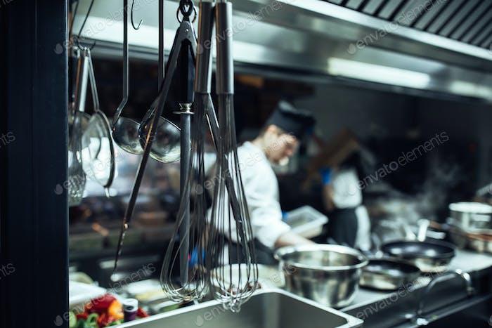 Kochutensilien sind die Essenz der Küche