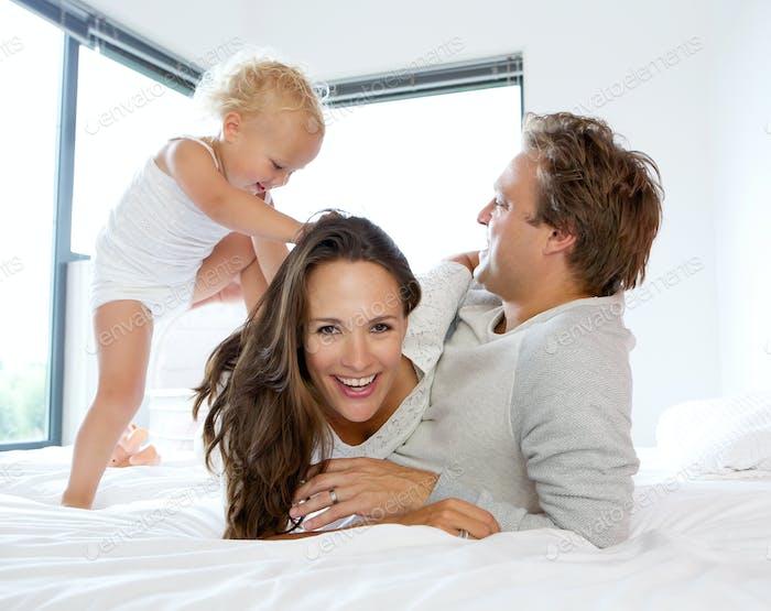 Glückliche Familie spielen mit niedlichen Baby