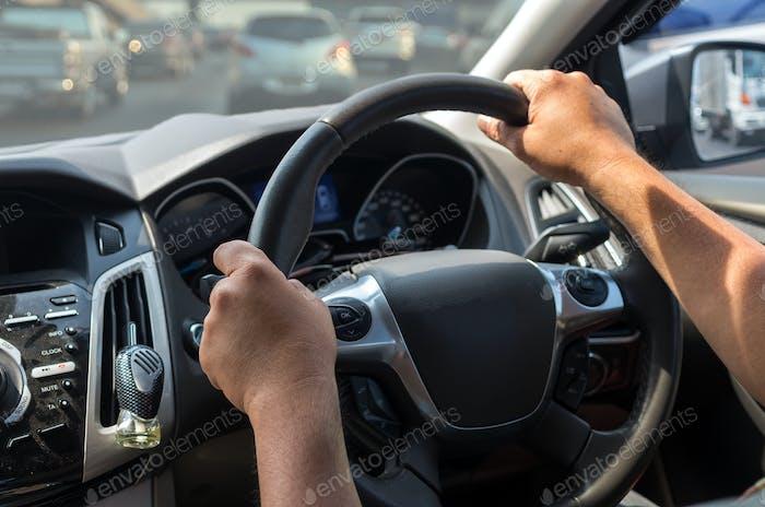 Primer plano Conducir a mano un coche