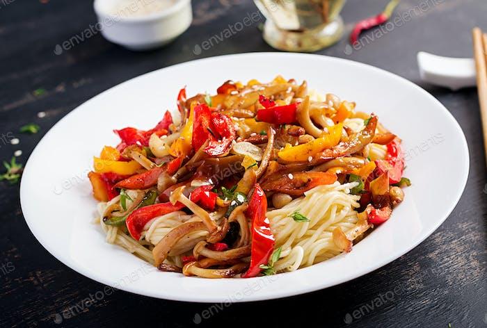 Nudeln mit Shimeji Pilzen und Paprika. Orientalische Mahlzeit. Japanische Shimeji Pilz rühren braten.