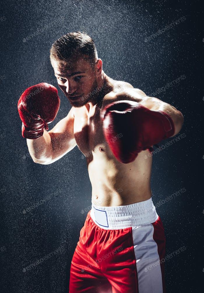 Boxen Mann bereit, im Regen zu kämpfen.