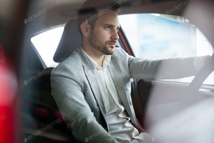 Porträt von glücklichen Kunden kaufen neues Auto