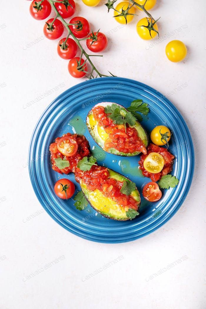 Ei gebacken in einer Avocado
