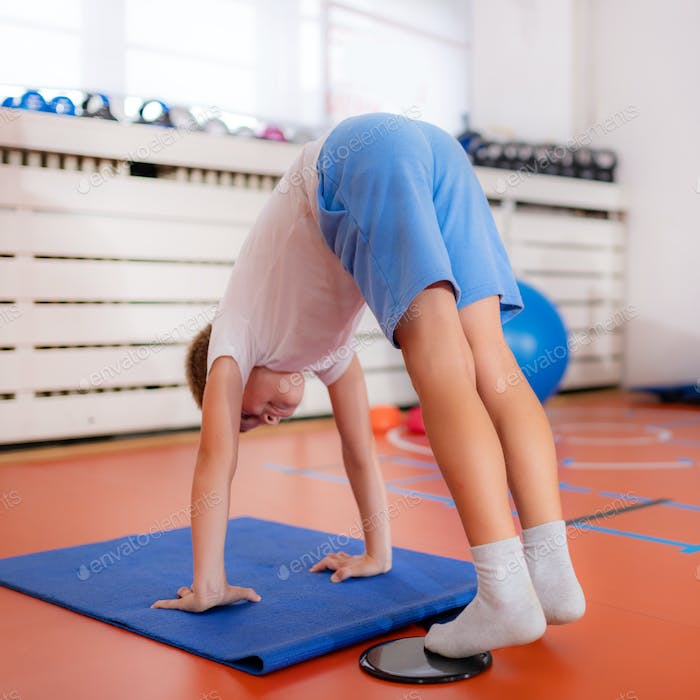 Abdominal muscle training for children, using exercise gliders