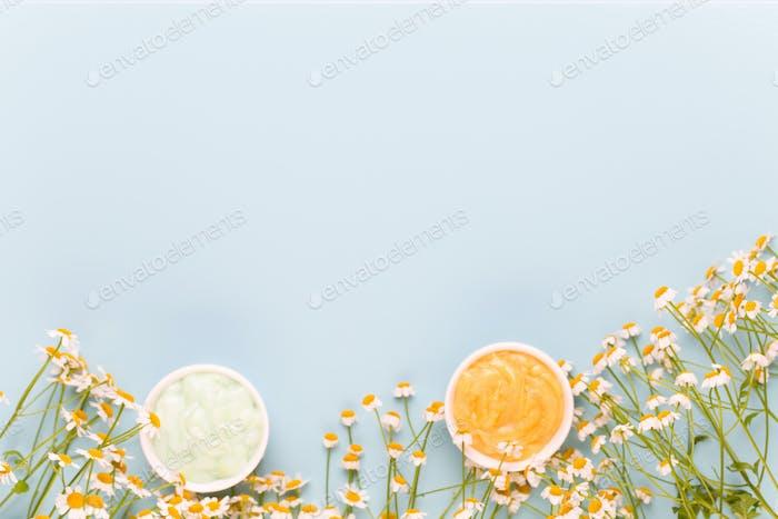 Тема ароматерапии ромашки, ручной работы косметика. пространство для текстэссенциальных и медицинских цветов трав