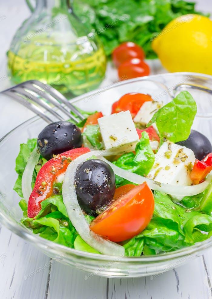 Griechischer Salat in einer Glasschüssel Nahaufnahme