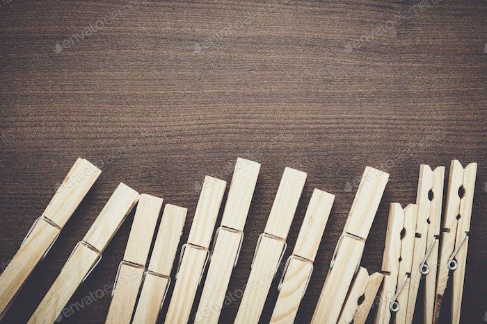 Holz Wäscheklammern auf dem Tisch