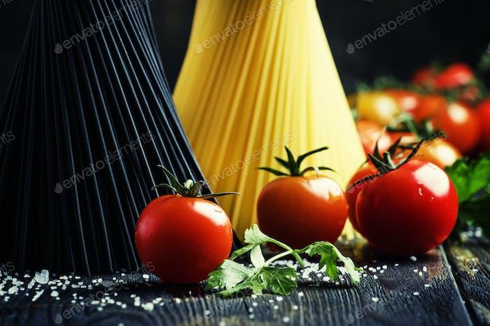 Spaghetti und Tomaten