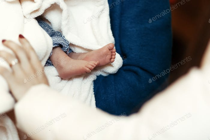 Taufe Baby. niedliche kleine Füße eines Mädchens bei der Taufe in der Kirche