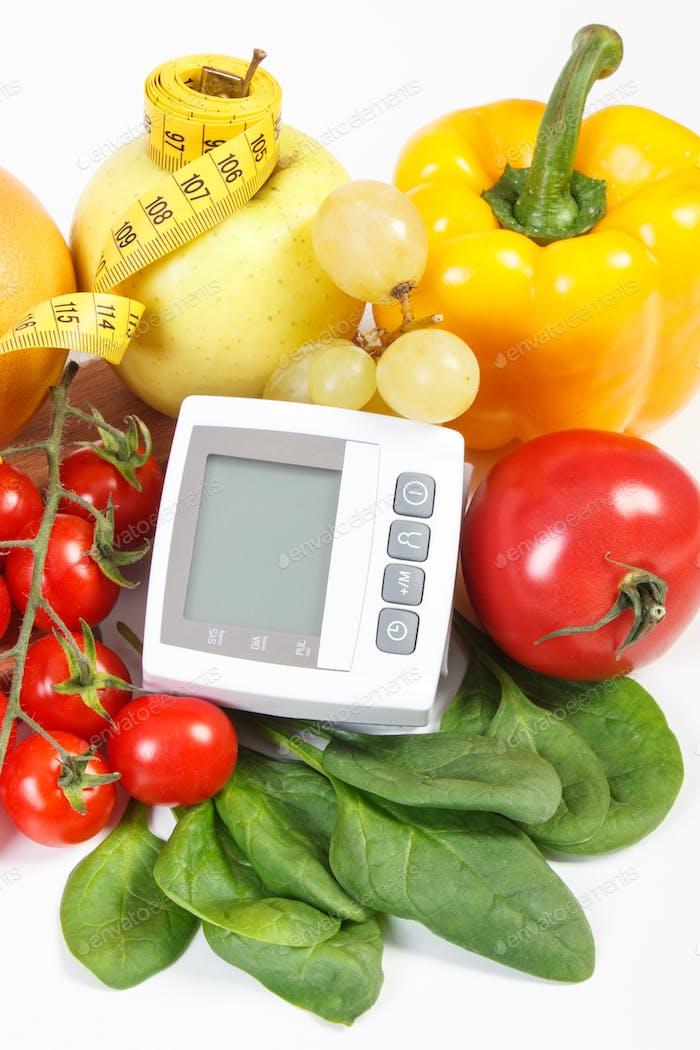 Blutdruckmessgerät, Obst mit Gemüse und Zentimeter, Prävention von Bluthochdruck Konzept