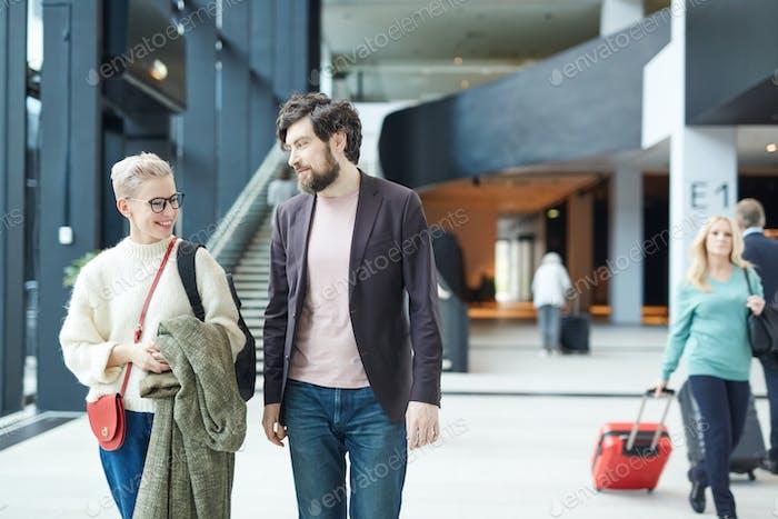 Glückliches Paar in Flughafen