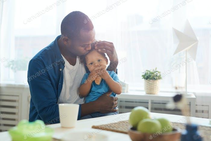 Bleiben Sie zu Hause Vater mit Baby Boy