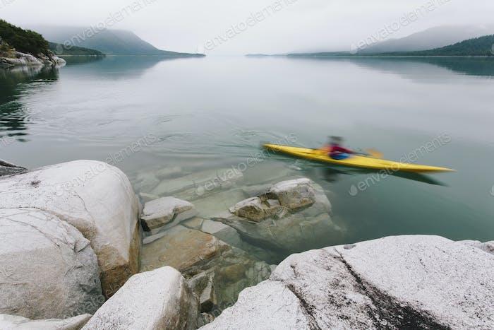 Kayaker de mar femenino