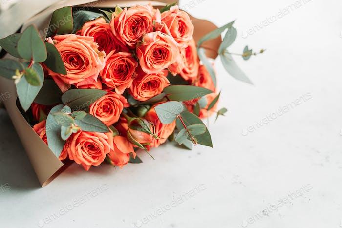 Korallen Rosen schöne Frühlingsstrauß