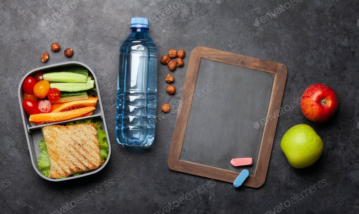Gesunde Lunchbox mit Sandwich und Gemüse