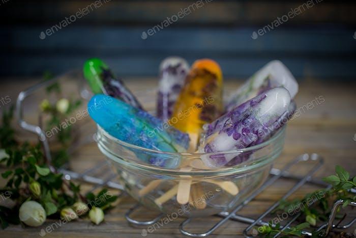 helado de color fresco sobre fondo de madera, flores congeladas
