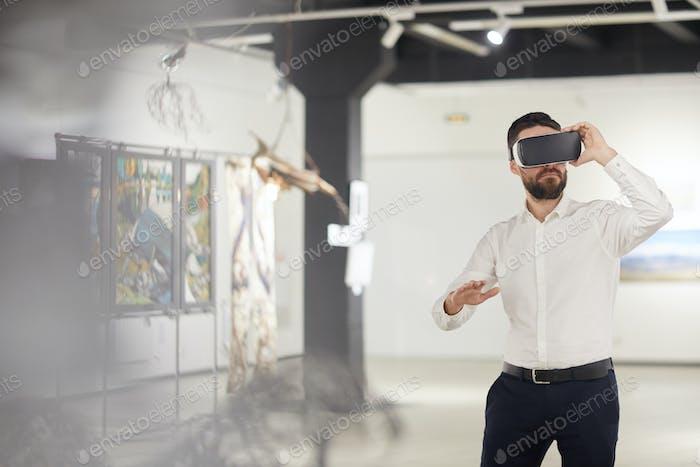 Bärtiger Mann mit VR im Museum