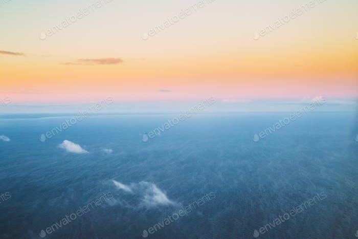 Meer Ozean Oberfläche Im Winter Bei Sonnenuntergang Sonnenaufgang. Klare Sonnige Morgendämmerung
