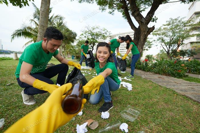 Umweltaktivist nimmt Müll auf