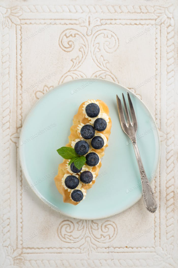 Buttercreme blueberry eclair