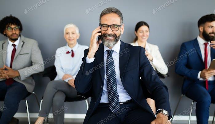 Glücklich lächelnd multi-ethnische Business-Team im Büro