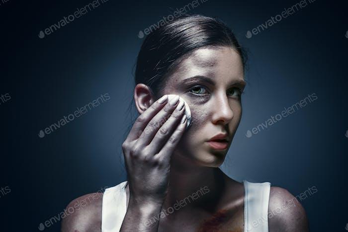 Nahaufnahme Porträt einer weinenden Frau mit gequetschter Haut und schwarzen Augen