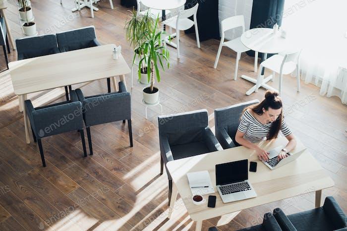 Ищу направление и вдохновение, Бизнес работает в офисе, Офисный стол с