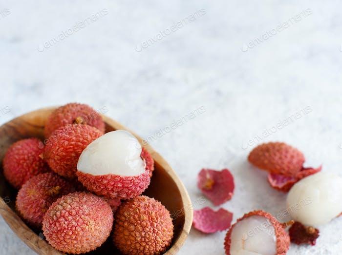 Frische Litschi Früchte in einer Schüssel in einem weißen Tisch