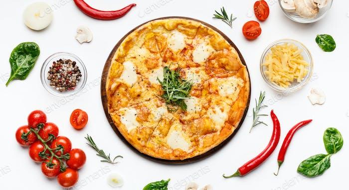 Köstliche kitschige italienische Pizza auf weißem Tisch