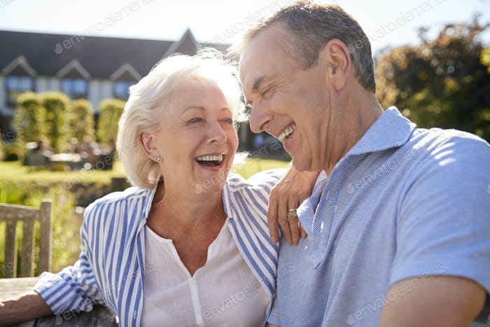 Seniorenpaar Entspannen bei Outdoor Sommer Cafe zusammen