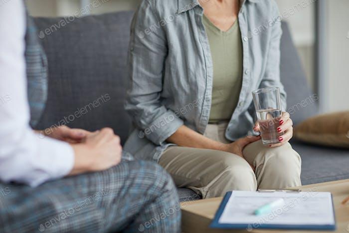 Imagen recortada de la mujer en sesión de terapia