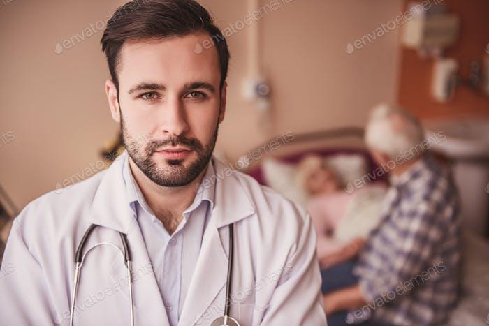 Doctor serio y guapo