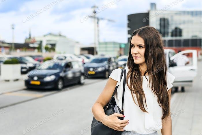 Frau mit Umhängetasche in der Stadt Straße