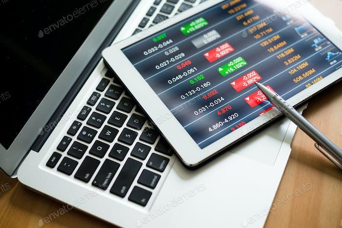 Tablet PC que muestra datos de marketing de acciones