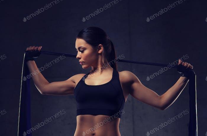 Frau mit Expander Übung im Fitnessstudio
