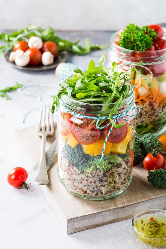 Ensalada en tarro de vidrio con quinoa
