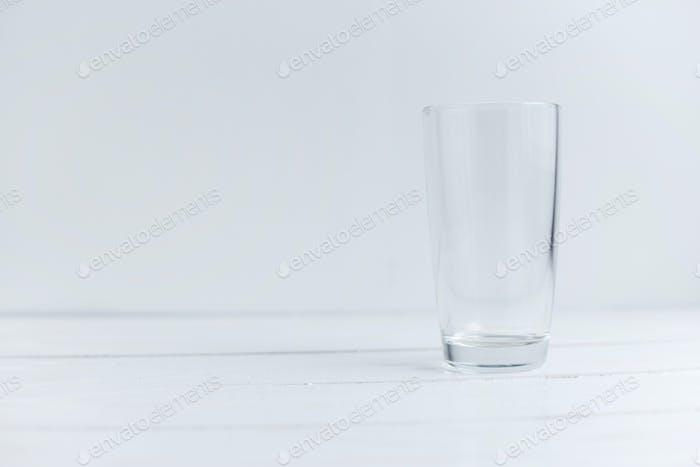 Nahaufnahme Ansicht von leerem Glas stehend auf weißem Holztisch