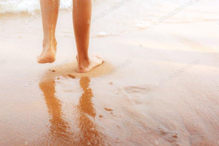 Kinder zu Fuß am Strand