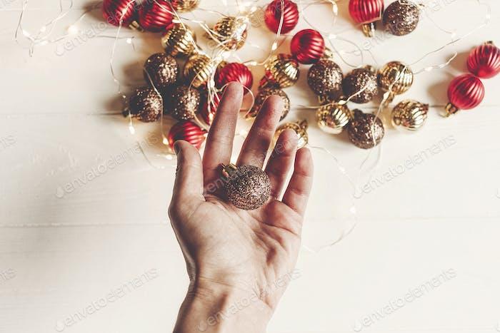 rote und goldene Weihnachtsschmuck
