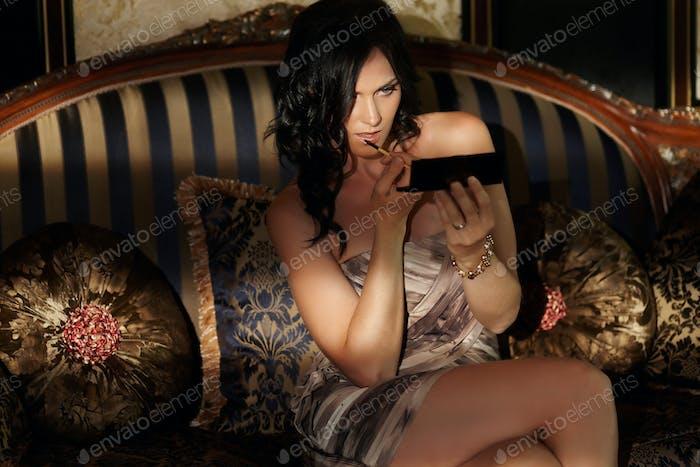 Una mujer en lencería posando en un sofá.