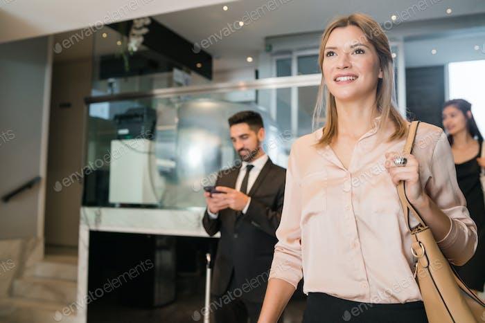 Geschäftsleute, die im Hotel ankommen.