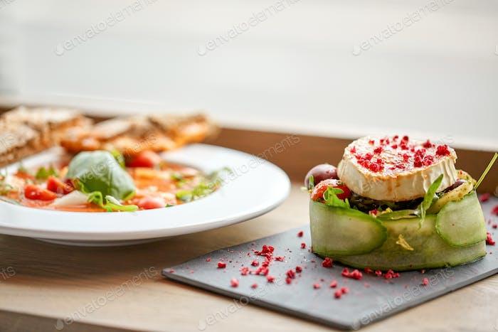 Ziegenkäse-Salat und Gazpacho Suppe im Restaurant